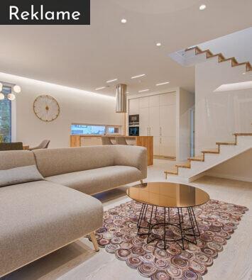 Stue med trappe og møbler